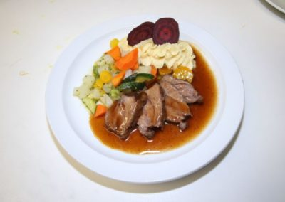 Kalbsbraten mit Schmorgemüse und Püree